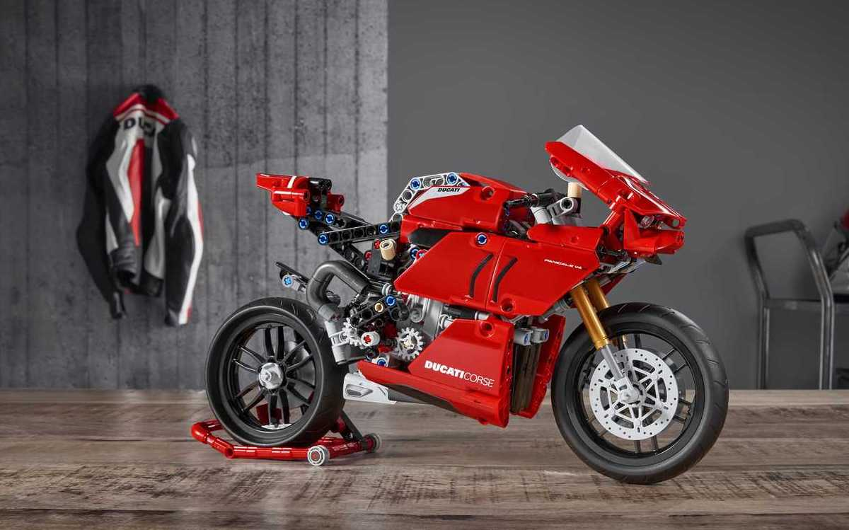 Ducati Panigale V4R made of Lego