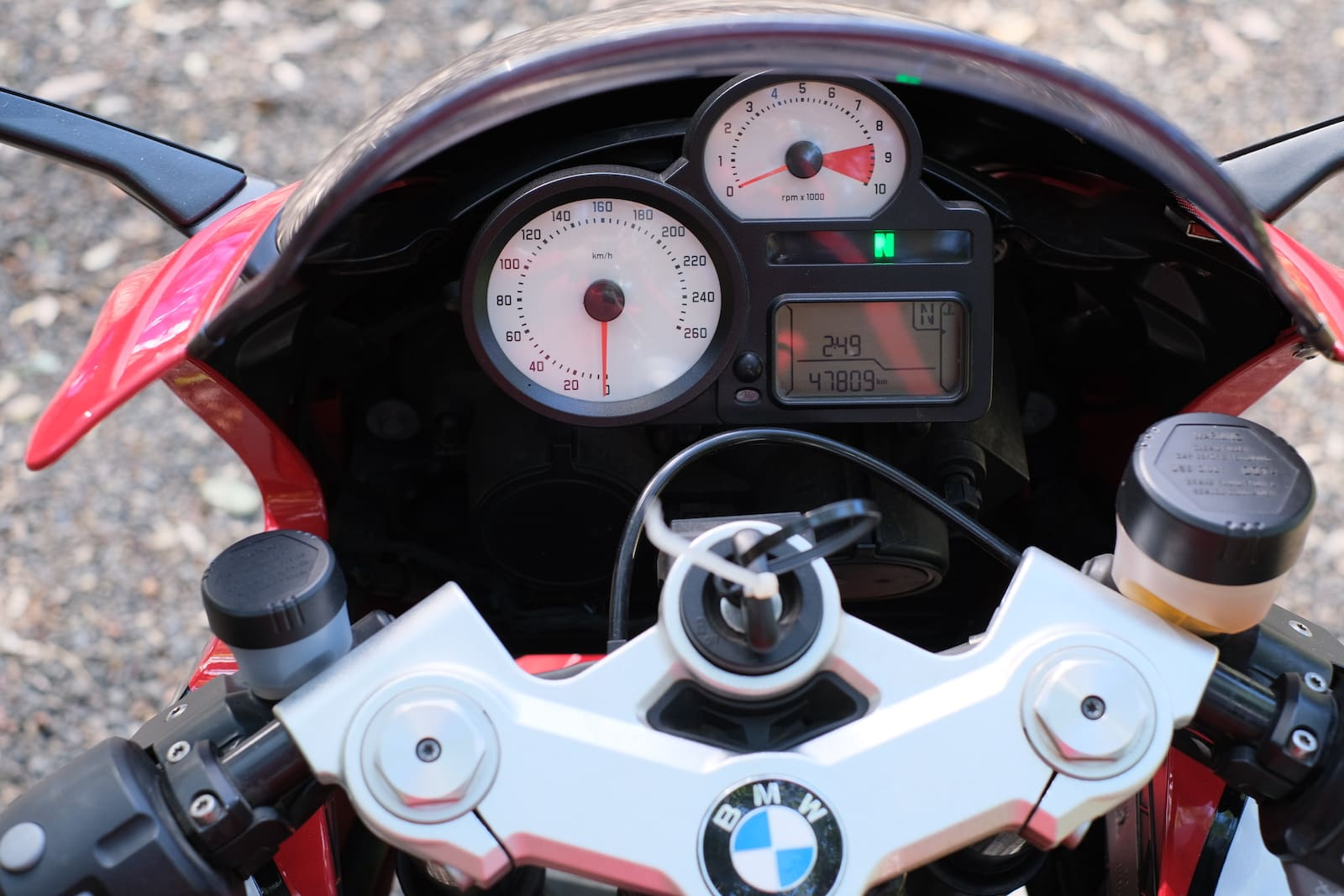 BMW R1200S in red and silver - cockpit and controls