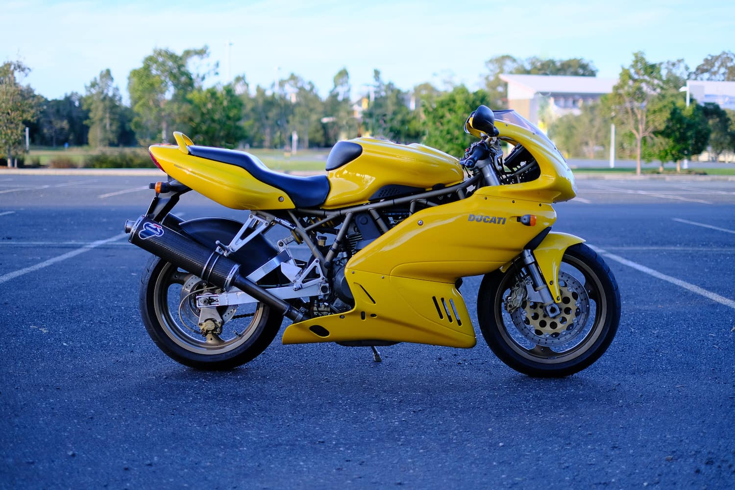 Yellow Ducati SuperSport 900 i.e. fuel-injected, 1998-1999 model