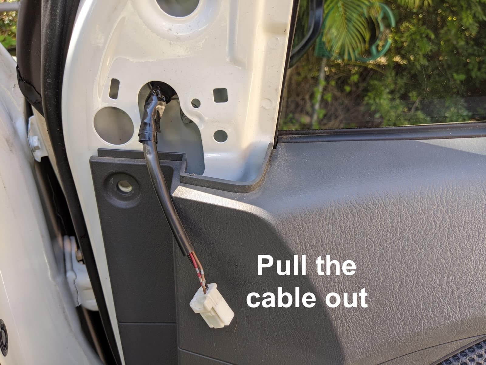 Electrical connection cable on mirrors on Toyota Hilux